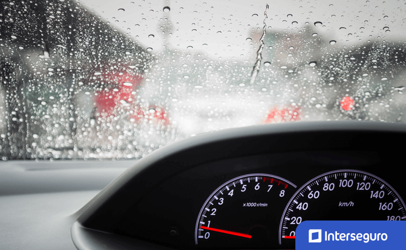 Consejos para manejar durante épocas de lluvia